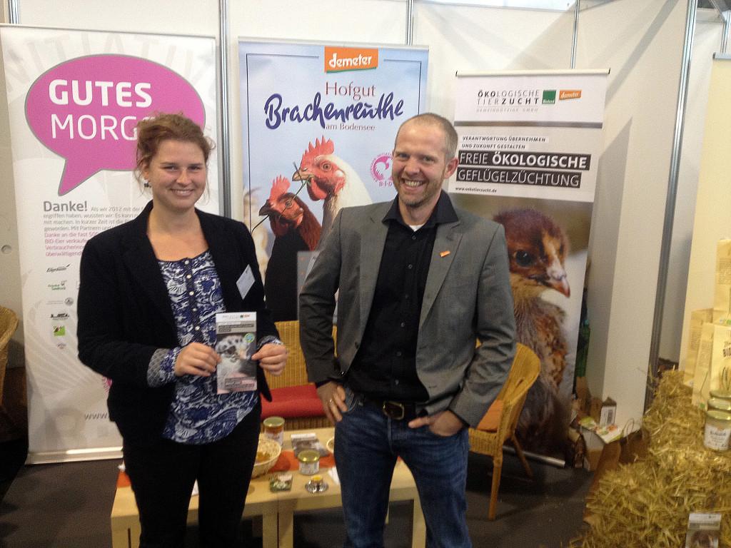 Inga Günther mit Thomas Müller vom Brachenreuthe, Mitglied der Bruderhahn Initiative und Demeter-Eier Lieferant von Bodan.