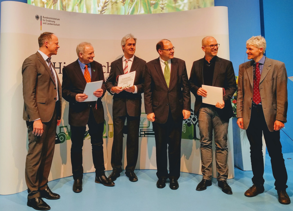 Landwirtschaftsminister Schmidt überreichte Zuwendungsbescheid für ein Forschungsprojekt zur Weiterentwicklung der ökologischen Hühnerzucht an die Mitglieder des Forschungsverbundes (Foto: Bioland e.V)