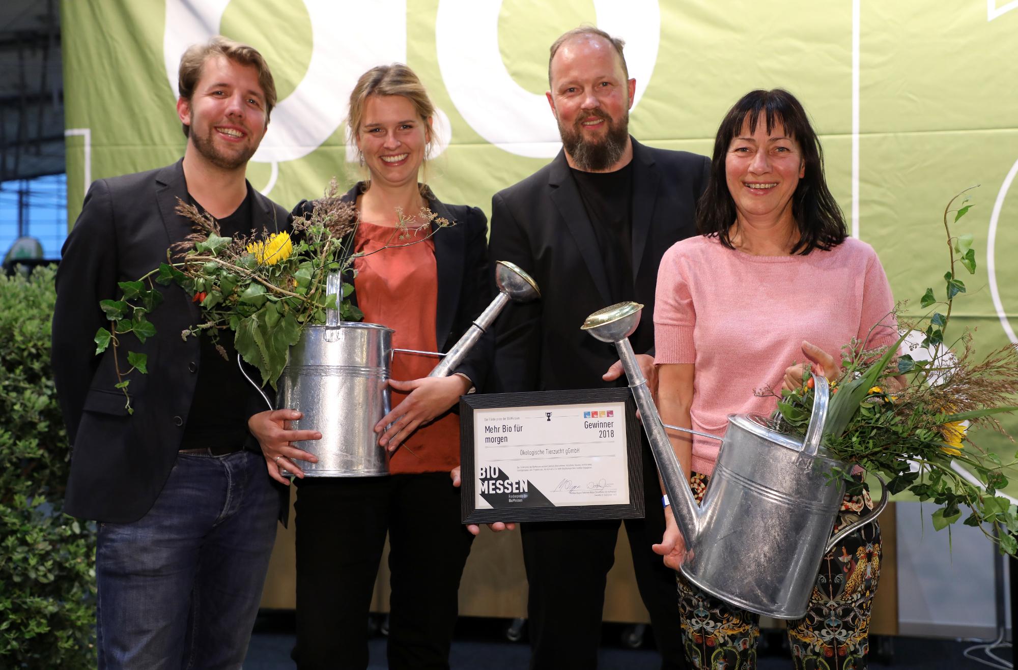 v.l.n.r.: Friedemann Wecker (Geschäftsführer Demeter im Norden), Inga Günther (Geschäftsführerin Ökologische Tierzucht), Johannes Kamps-Bender (Vorstand Demeter e.V.) Foto: Florian Arp / BioMessen
