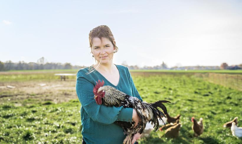 Hühnerfrau mit Haltung